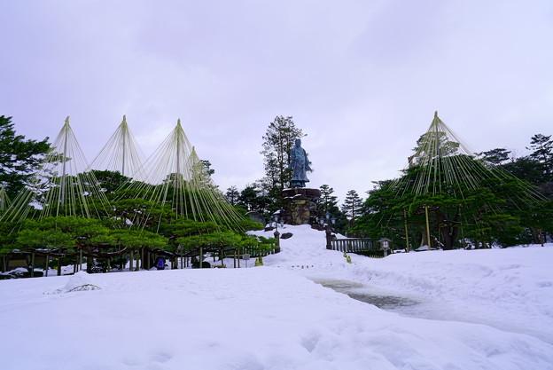 日本武尊の像とお花松(両横)