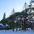 写真: 日本武尊の像とお花松(両横に一対)