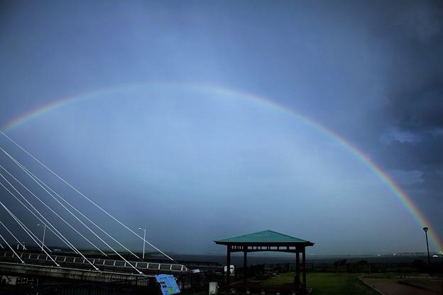 写真: 空いっぱいの虹の橋とサンセットブリッジ