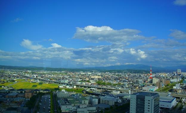 医王山と北陸自動車道