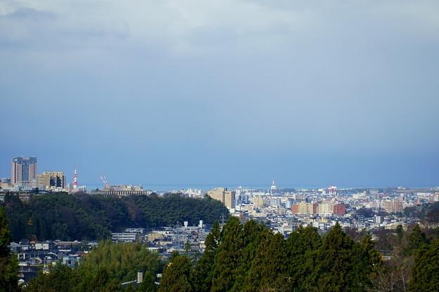 日本海と金沢港と街並み