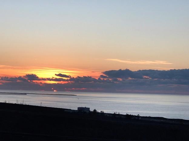 日本海に沈む夕日?