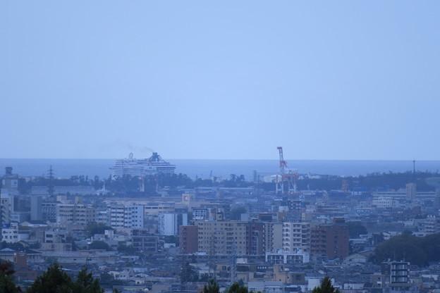 高台から 日本海とクルーズ船  港のキリン
