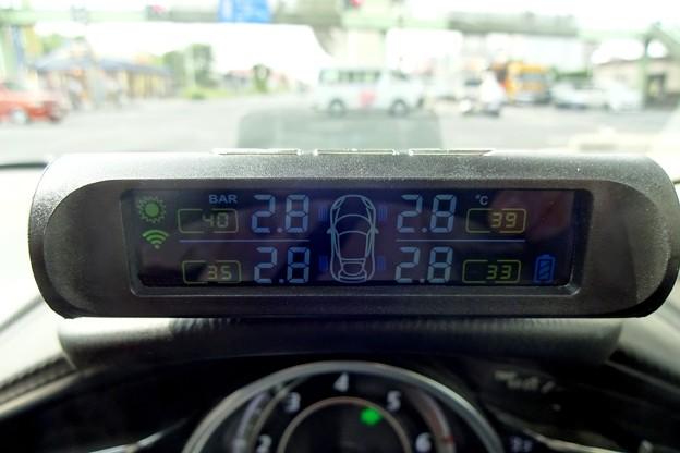 写真: タイヤの空気圧と温度を監視できる装置