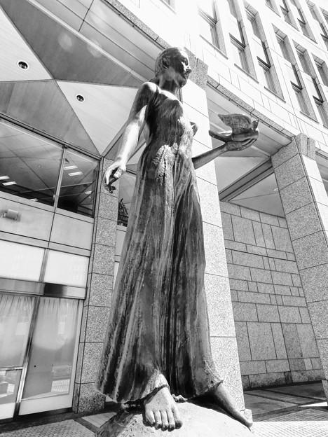 都庁中庭の女性たち