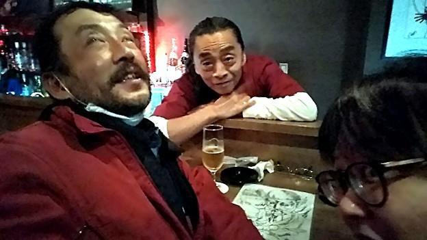 【今日の大都会岡山】岡山市北区本町の「いちぎん」というバーにコニーちゃんと、カズさん(YOU THE ROCK☆のMixとかで超有名!)と一子さん(接客中)と、陰謀論について語る宴♪\(^o^)/