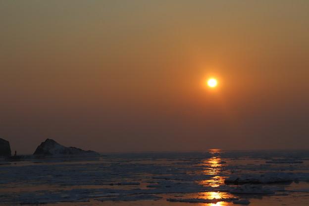 Photos: 流氷の海に陽が沈む