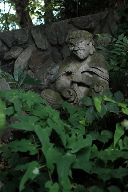 滝の城_10二の郭空堀の石仏-8216