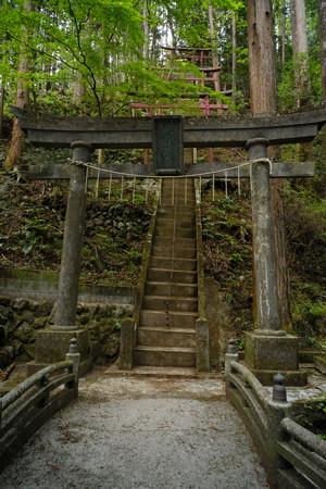 朝日稲荷神社_06右は急な階段-9174