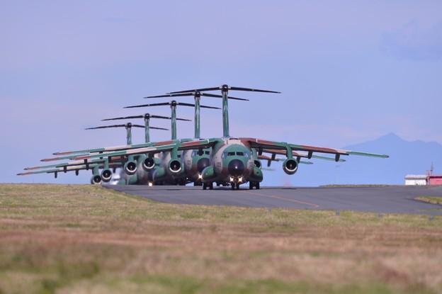 これも入間名物。。C-1輸送機大名行列。。ランウェイ35へタキシング。。11月3日