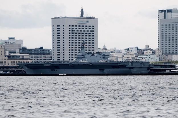 大黒埠頭から望む。。大桟橋に停泊中の護衛艦いずも。。10月11日