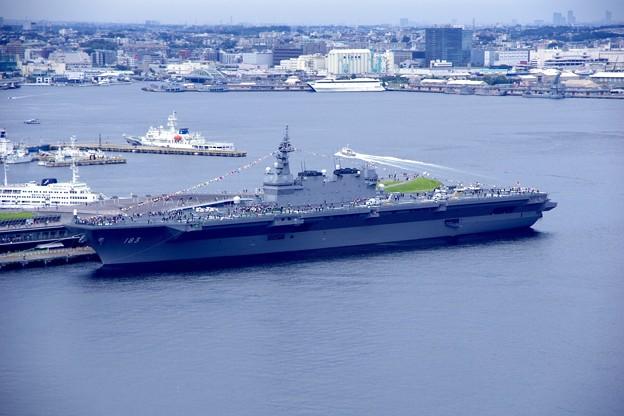 ヨコハママリンタワー展望台から一般公開していた護衛艦いずも。。大桟橋 10月11日