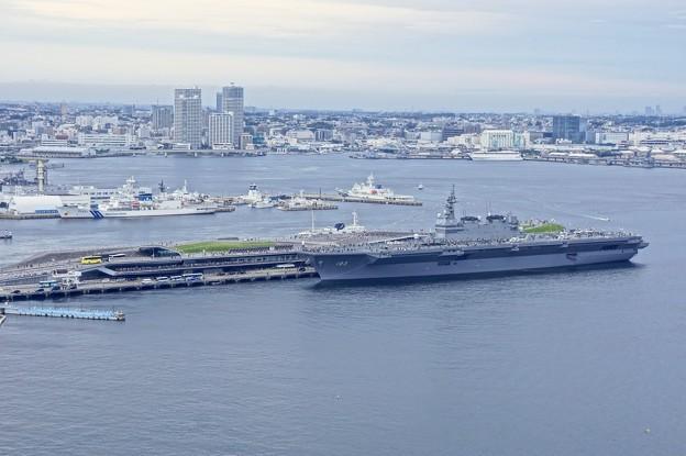 ヨコハママリンタワー展望台から大桟橋の護衛艦いずも。。10月11日