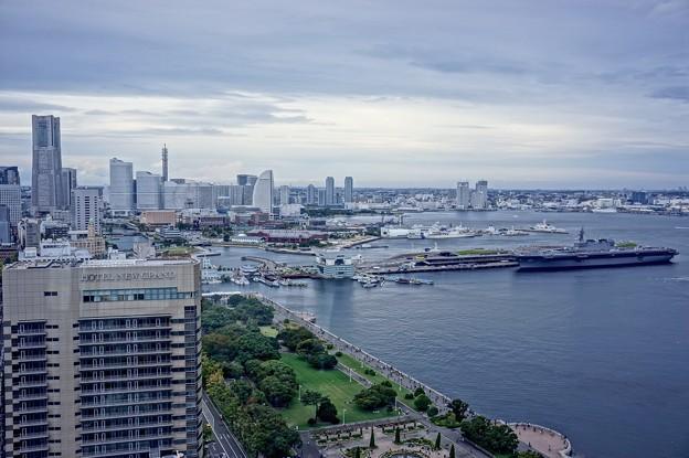 ヨコハママリンタワーから望む山下公園とみなとみらい。。護衛艦いずも 10月11日