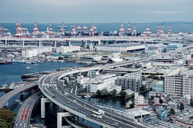 ヨコハママリンタワーからの眺め首都高と本牧埠頭キリン群。。10月11日