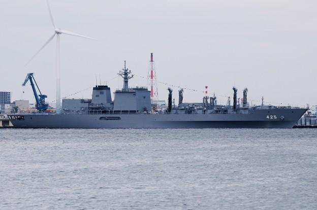 大桟橋から見える横浜ノースドック停泊中 補給艦ましゅう。。10月11日