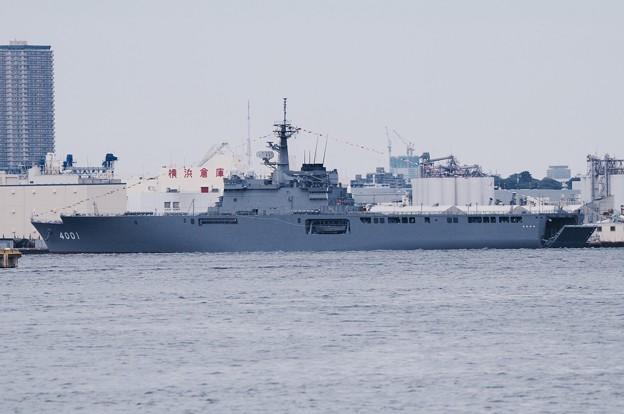 大桟橋から見える横浜ノースドック停泊中 輸送艦おおすみ。。10月11日