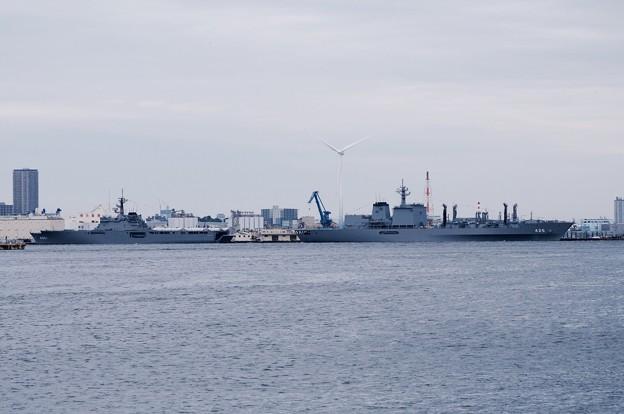米軍敷地瑞穂埠頭横浜ノースドックの2隻の艦船。。ましゅうとおおすみ。。10月11日