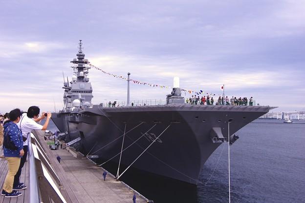 横浜大桟橋に停泊中してる護衛艦いずも。。一観艦式前の一般公開10月11日