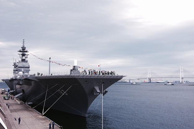 横浜大桟橋の護衛艦いずもと横浜ベイブリッジ。。10月11日