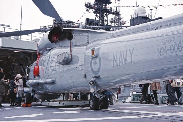 スチュアートの甲板に搭載されたS-70B-2シーホーク。。観艦式前日一般公開10月17日