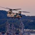 夕暮れの横須賀基地を後にする航空自衛隊のチヌーク。。10月18日