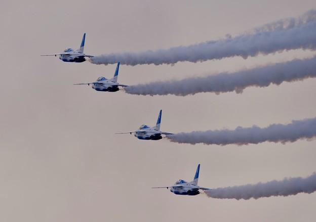写真: 芦屋基地航空祭。。4機でダイヤモンドロールへ。。ブルーインパルス