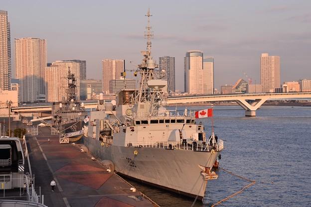晴海旅客ターミナルから見えるカナダ海軍フリゲート艦ウィニペグ。。20160131