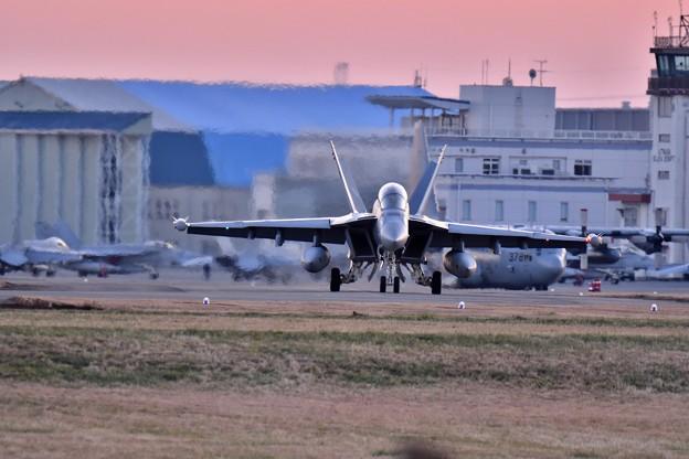 夕暮れの厚木基地。。VAQ-141シャドウホークスNF505  岩国へ帰投 20171211