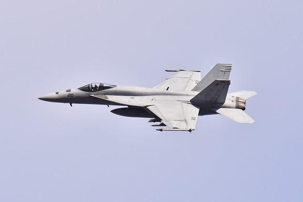 ある日の厚木基地。。VFA-27メイス NF210 オーバーヘッドアプローチ 20180104