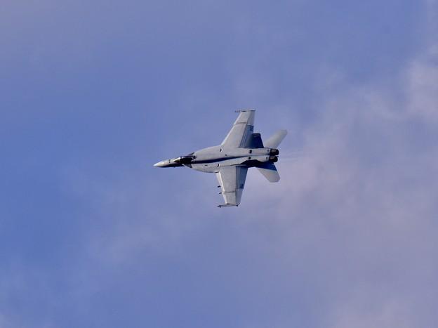 ある日の厚木基地。。VFA-27メイス NF210 お背中見せブレイク 20180104