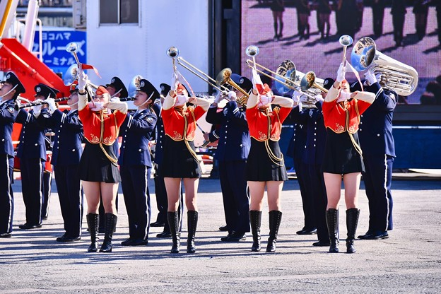 横浜消防出初式。。消防音楽隊ドリル演技 格好いいお姉さんたち