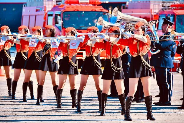 横浜消防出初式。。音楽隊ドリル演技さまになって格好いいお姉さんたち