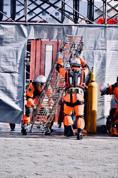 横浜消防出初式。。建屋へ入るスーパーレンジャー 20180107