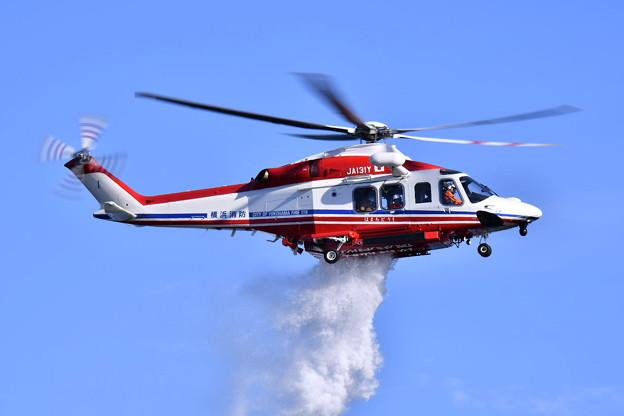 横浜消防出初式。。消防ヘリコプター放水 20180107