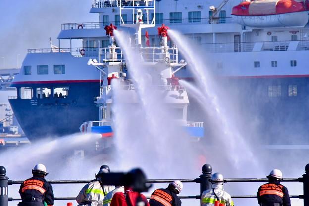 横浜消防出初式。。消火活動で使う消防セ