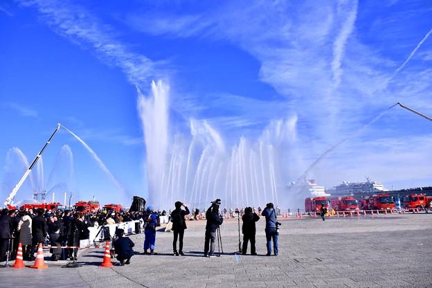 横浜消防出初式。。青い空一斉放水。。20180117