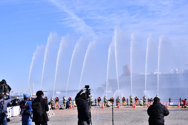 横浜消防出初式。。勢いある一斉放水