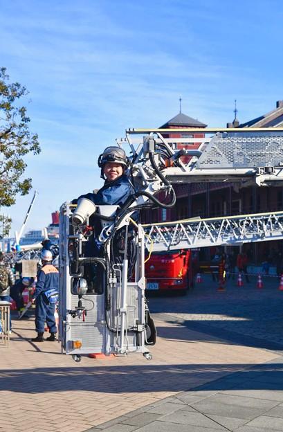 横浜消防出初式。。素敵な笑顔で女子消防員 20180107