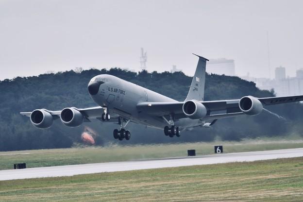 小雨降る中。。上がるKC-135ストラトタンカー 1月8日