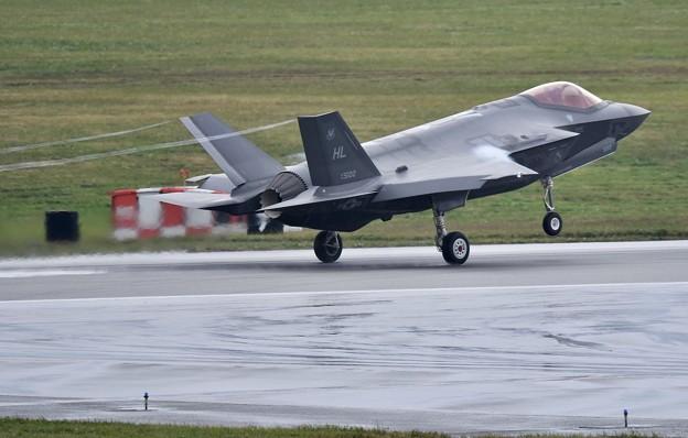 二機も嘉手納基地からテイクオフ ベイパー出してF-35A(2) 20180108