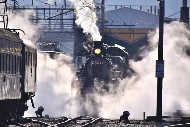 朝の新金谷駅の風景 SL C5644 蒸気上げて(2) 20180120