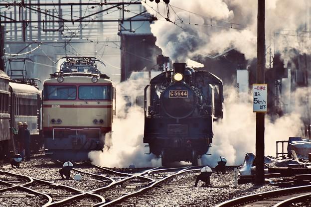 朝の新金谷駅の風景 SL C5644 蒸気上げて(3) 20180120