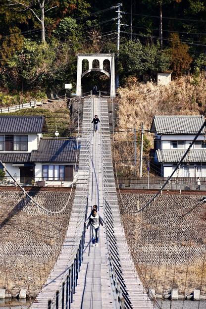 結構揺れる。。大井川にかかる吊り橋 大井川鐵道塩郷駅 20180120