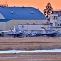 写真: 夕暮れの厚木基地 ナイト訓練へVFA102D-BACKS 20180125