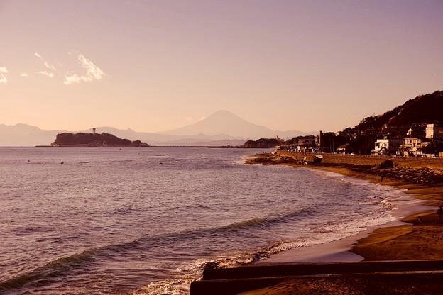 夕暮れの江ノ島と遠くに富士山 江ノ島海岸 20180127