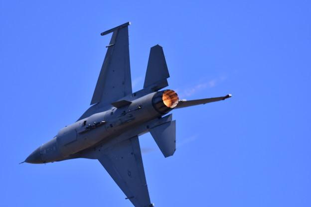 芦屋基地航空祭予行練習。。F-16デモチーム アクロバット飛行(2)バーナー炊いて