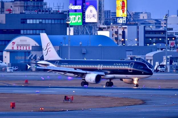 日暮れの福岡空港。。スターフライヤー機 20180217
