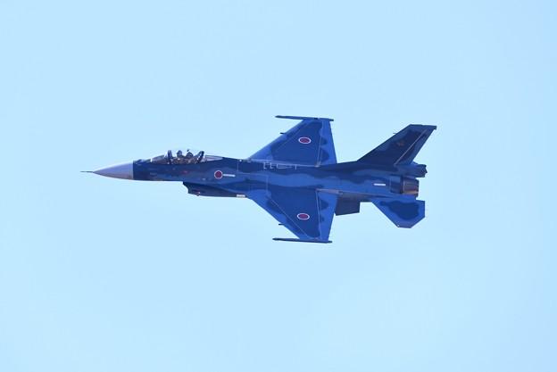 逆光の芦屋基地内 築城の第8飛行隊F-2機動飛行(1) 20180218