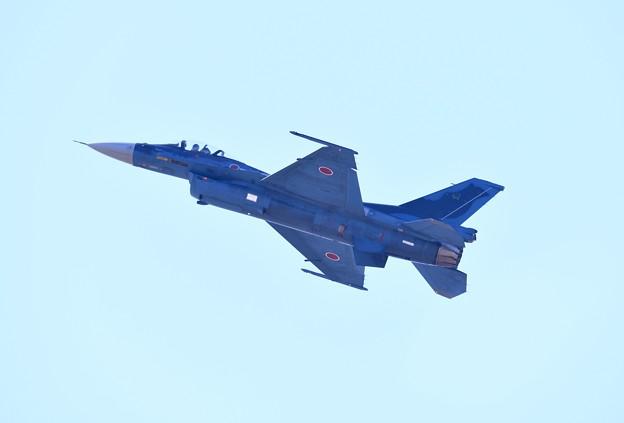 逆光の芦屋基地内 築城の第8飛行隊F-2機動飛行(2) 20180218